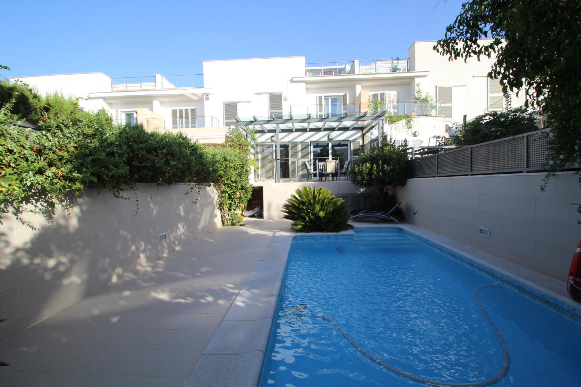 Casa adosada con piscina en zona colegios palma inmueble for Casas con piscina mallorca