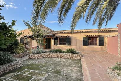 Casa con 4 dormitorios, jardín y vistas en Santa Eugenia.