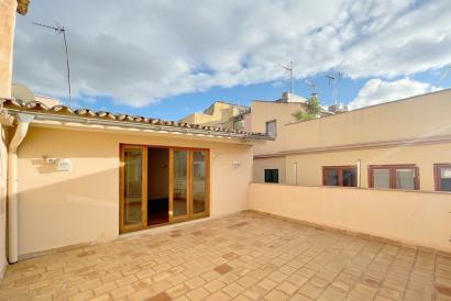Duplex apartamento sin amueblar, con terraza en zona Plaza Santa Eulalia.