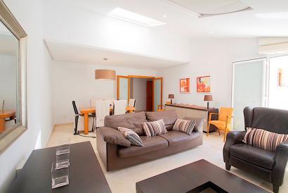 Casco Antiguo amplio y amueblado apartamento de 3 dormitorios con terraza.