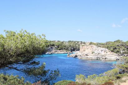 Mansion by the sea to renovate in Cala Llombards