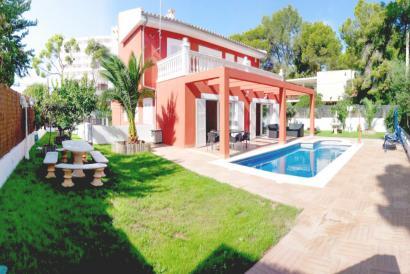 Villa with terraces, garden and pool in Palma Nova.