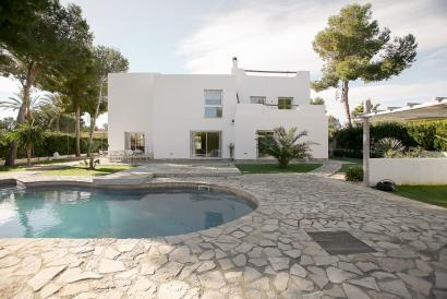 Beautiful villa in Sol de Mallorca with garden and pool.
