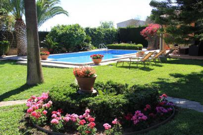 Bonita casa con jardín de diseño con piscina y casa de invitados en Son Sardina