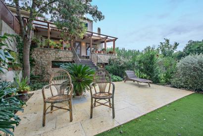 Casa en el pueblo de Puigpunyent con jardín y fachada de piedra