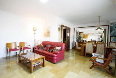 Apartamento de 4 dormitorios y terraza en zona Cruz Roja en Palma.