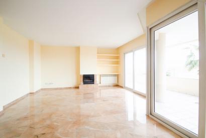 Amplio apartamento sin muebles con terraza vista al mar y piscina en La Bonanova.
