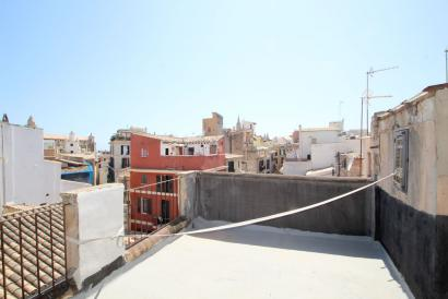 Sanierungsbedürftiges Gebäude mit Terrasse in der Altstadt von Palma