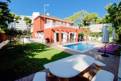 Villa en Palmanova con jardín, piscina, ascensor y garaje cerca de la playa.