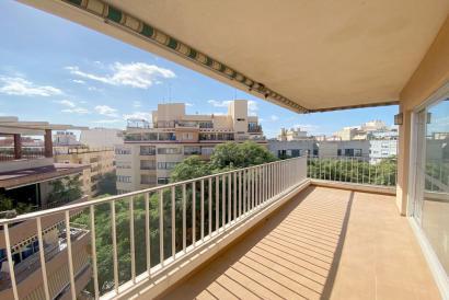 Apartamento amueblado de cuatro dormitorios, terraza y ascensor en zona Molinos, Palma