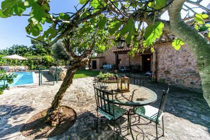 Schönes Haus mit drei Schlafzimmern mit Pool und Garten im Dorf Santa Maria.