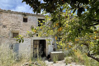 Großes Stadthaus mit Garten und Zugang über zwei Straßen in Binissalem zu reformieren.