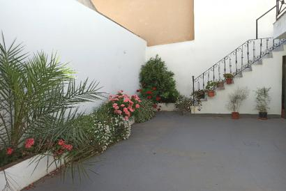 Large village house with 5 bedrooms, terrace and patio in the center of Costitx.