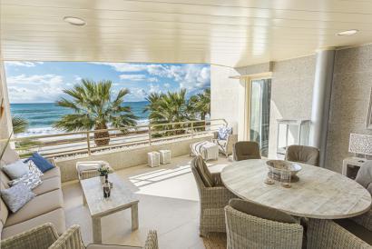 Lujoso apartamento en primera linea de mar, 4 dormitorios, terraza y parking.