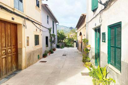 House with terrace and views of the Tramuntana to renovate in the center of Bunyola.