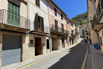 Large town house with patio, balconies, 5 bedrooms next to the Plaza de Bunyola.