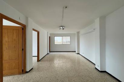 2 bedroom apartment with lift to renovate in Santa Catalina, Palma