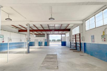 For rent warehouse of 300 m2 in commercial street with ample parking in Binissalem.